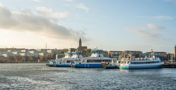 passagerarfärjor dockade vid lindholmen.. - ferry lake sweden bildbanksfoton och bilder