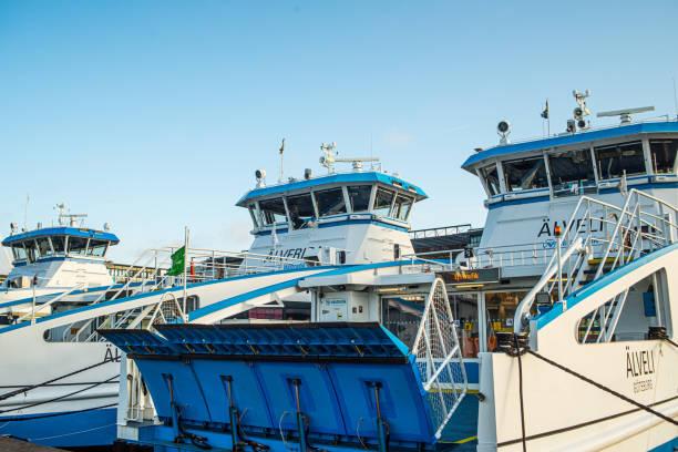 passagerarfärjorna älvfrida och älveli på lindholmen. elpassagerarfärja elvy i bakgrunden. - ferry lake sweden bildbanksfoton och bilder