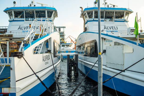 passagerarfärjorna älvfrida och älveli på lindholmen. - ferry lake sweden bildbanksfoton och bilder