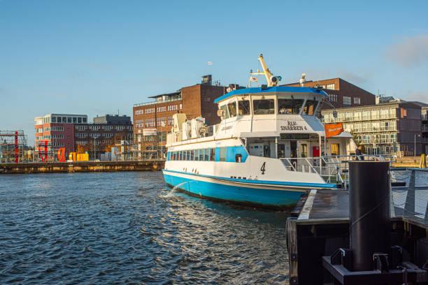 passagerarfärja älvsnabben 4 manövreravid lindholmspiren. - ferry lake sweden bildbanksfoton och bilder