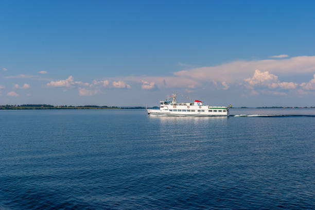 passagerarfärja på sjön - ferry lake sweden bildbanksfoton och bilder