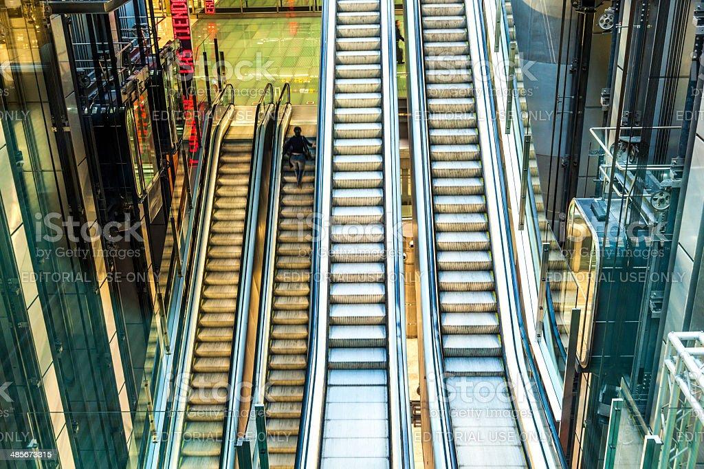 Passagers au terminal 4 sur un tapis d'escalier - Photo