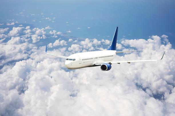 Passagierflugzeug fliegt über Wolken. – Foto