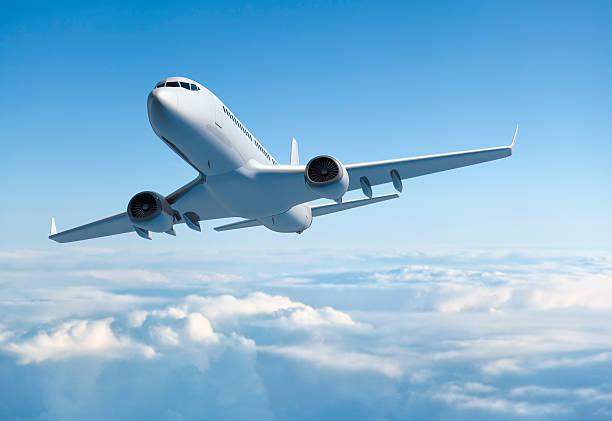 jet avión de pasajeros volando sobre nubes - avión fotografías e imágenes de stock