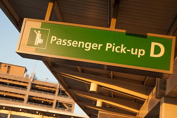 passenger pick-up in jfk - airport pickup stockfoto's en -beelden