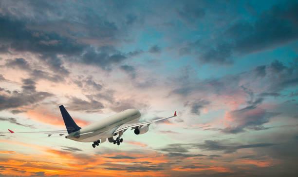 Passagier Flugzeug abheben ein Sonnenuntergang – Foto