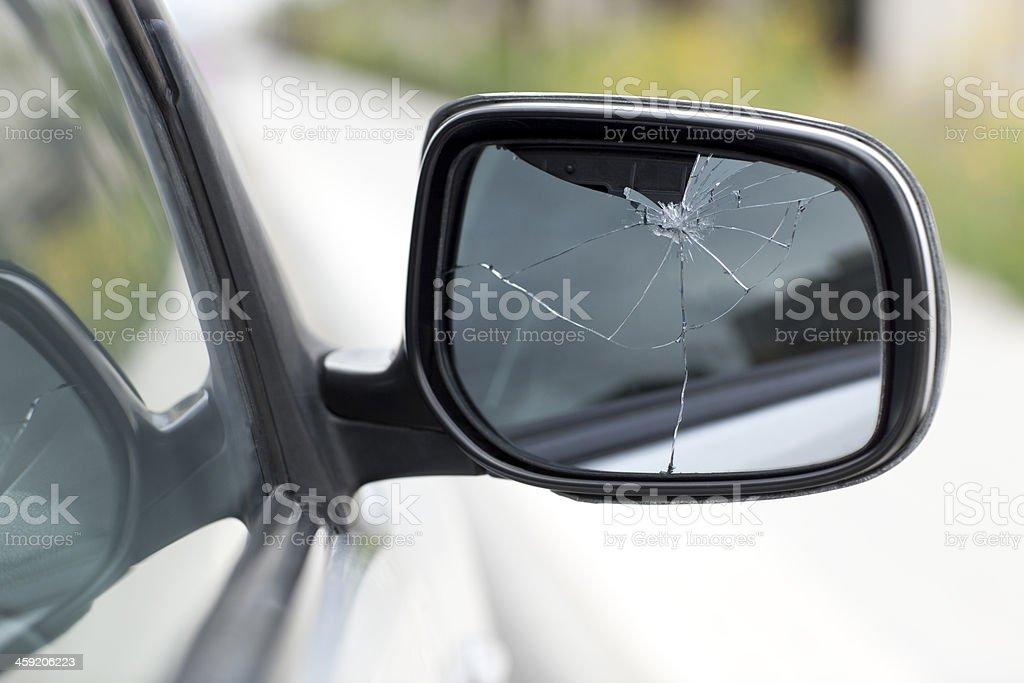 Pasażer widok z boku lustro pęknięte i nie złamane. – zdjęcie