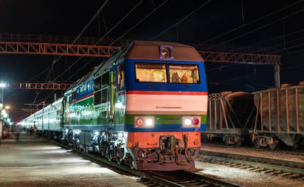 passenger train at navoi station in uzbekistan - konduktor pociągu zdjęcia i obrazy z banku zdjęć