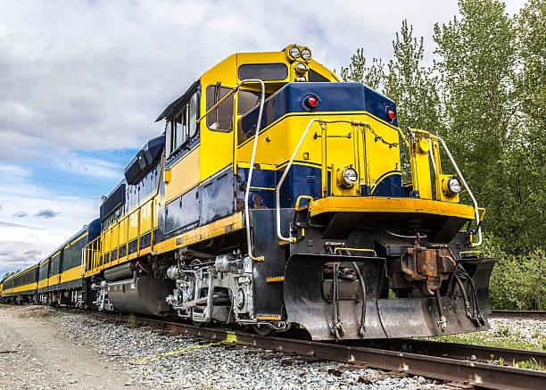 passagierzug in alaska - lokomotive stock-fotos und bilder