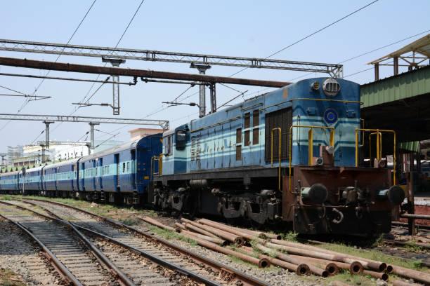 personenzug in indien. - schienenverkehr stock-fotos und bilder