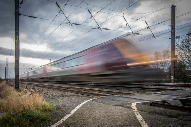 train de voyageurs se déplace à grande vitesse - transport ferroviaire photos et images de collection