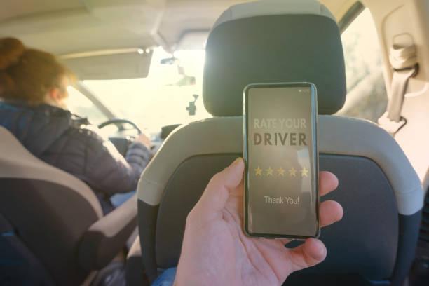 Passager utilisant l'app téléphone intelligent de coter un taxi ou le moderne pilote de covoiturage de pair à pair - Photo