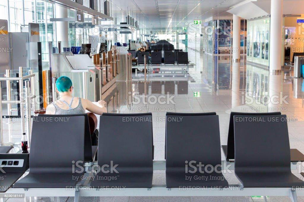 Pasajeros esperando en la zona de puertas de embarque. - foto de stock