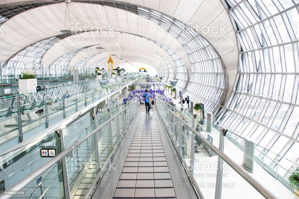 Pasajeros en el aeropuerto de Suvarnabhumi - foto de stock