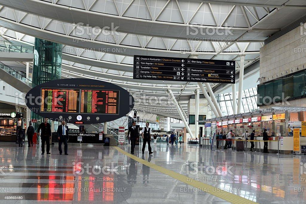Les passagers et panneau d'informations du terminal de l'aéroport - Photo