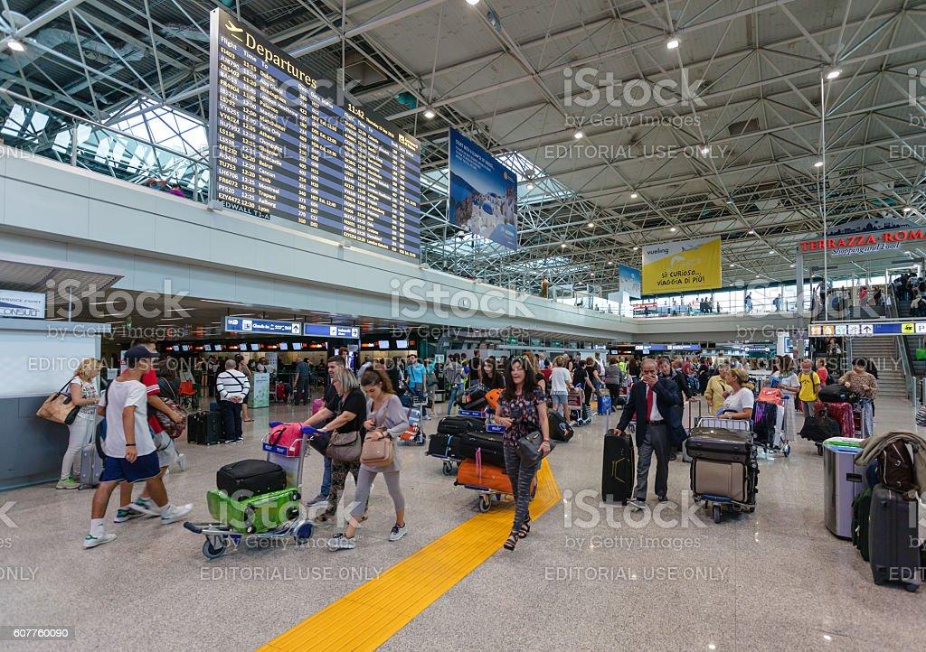 Passengers and schedule departure flights in Fiumicino Airport. – Foto