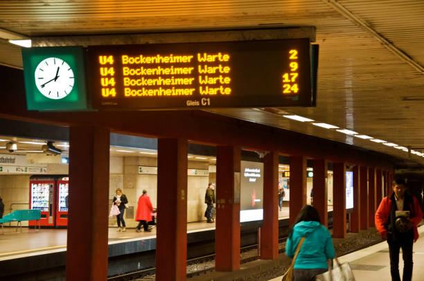 passengers and tourists waiting for the underground u-bahn train (u4) heading to bockenheimer warte in frankfurt am main hauptbahnhof (frankfurt central station) - germany - last minute urlaub deutschland stock-fotos und bilder