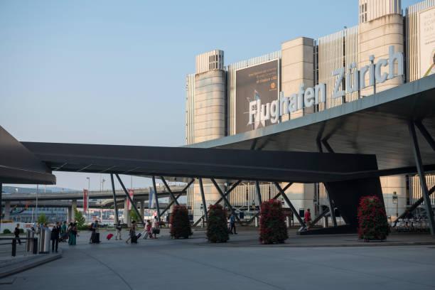 Passagiere am Flughafen der Schweiz Zürich – Foto