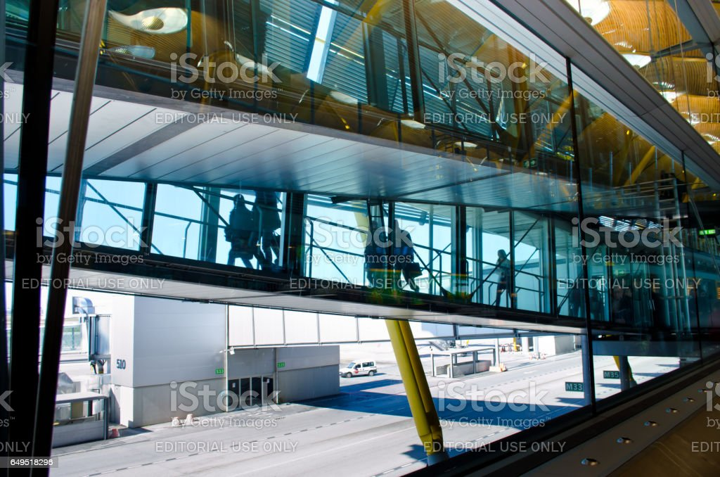 MADRID, Espagne - 23 février 2013: Les passagers à l'aéroport de Madrid. Aeropuert Barajas, le principal aéroport international de la capitale espagnole construit en 1928. - Photo