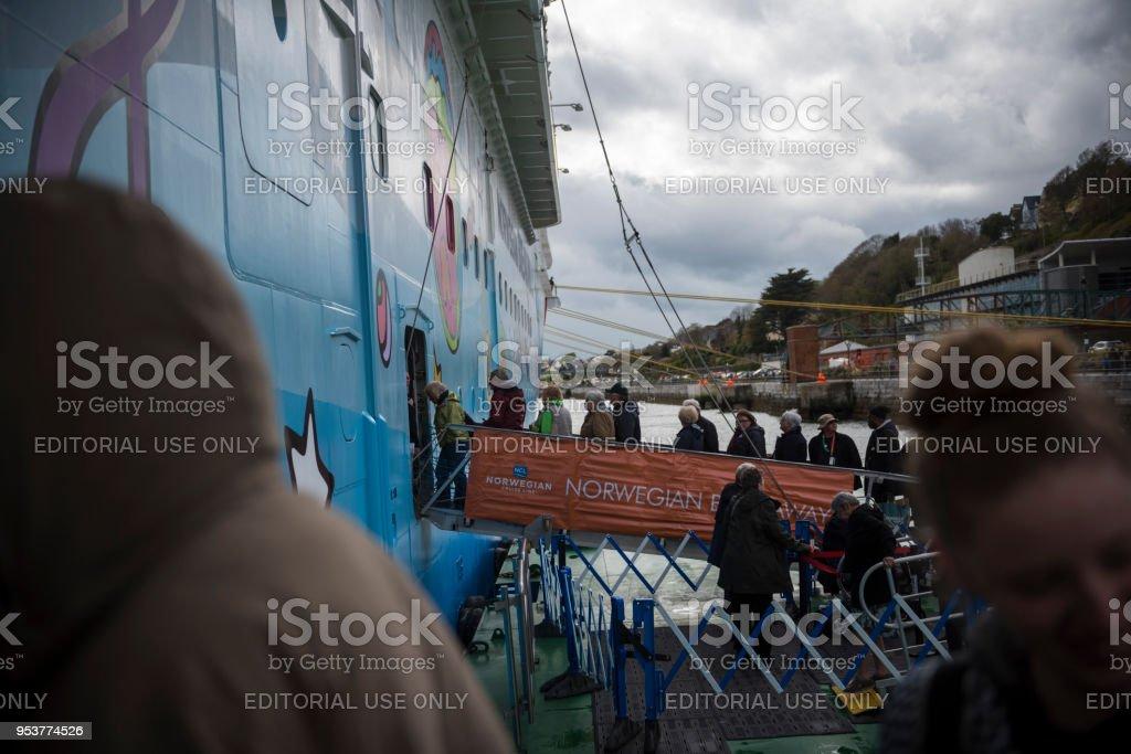 Fluggästen eine Kreuzfahrt Schiff in Cobh, Irland – Foto