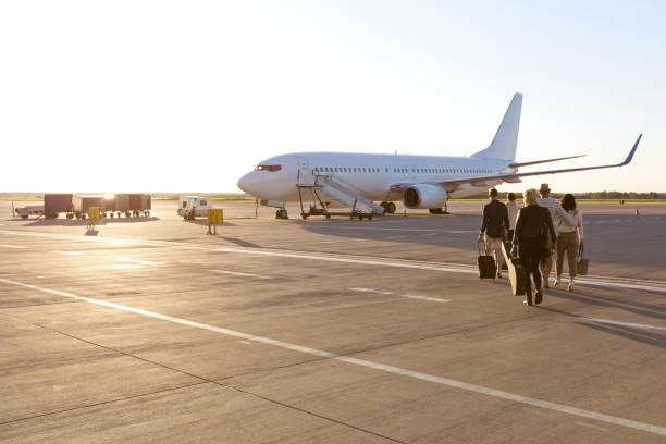 passagiers aan boord van een vlucht - instappen stockfoto's en -beelden