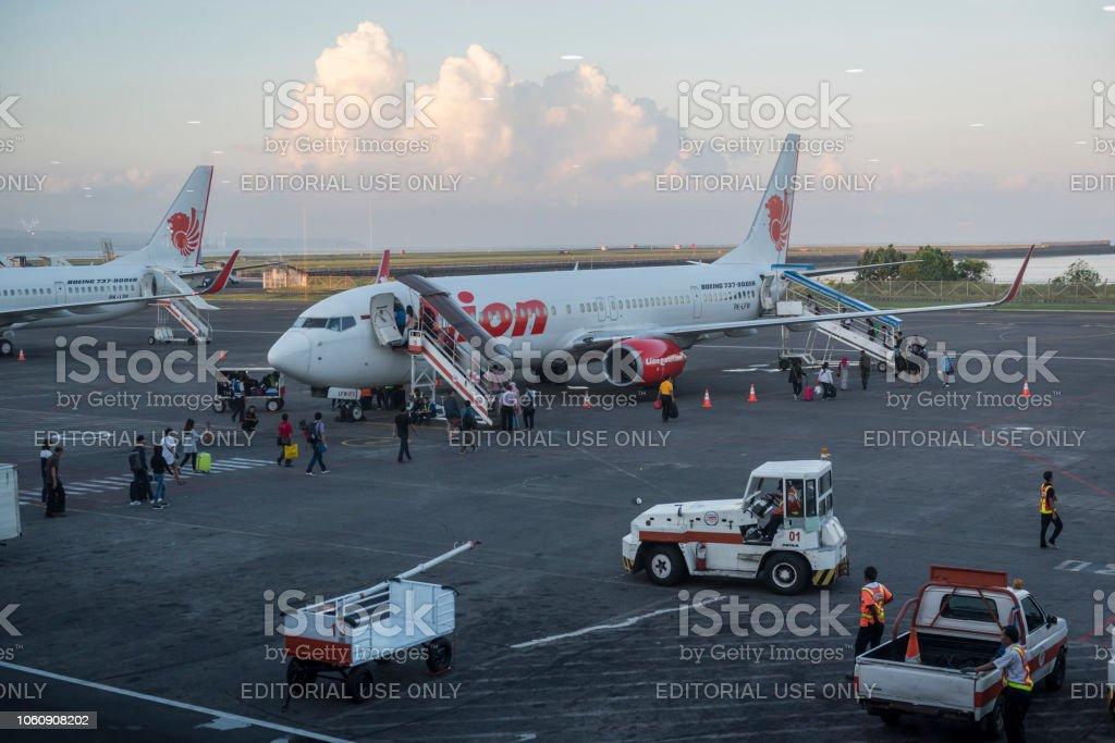 Passagiere, die Lion Air Weiterflug in Bali, Indonesien – Foto