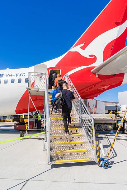 passengers boarding the qantas aircraft at melbourne airport - qantas foto e immagini stock