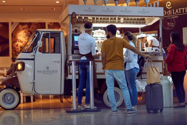 Passagiere kaufen in den LKW von Eis in der Lobby von dem internationalen Flughafen Guarulhos. – Foto