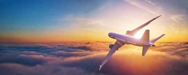 Passagiere mit Verkehrsflugzeug fliegen über Wolken – Foto