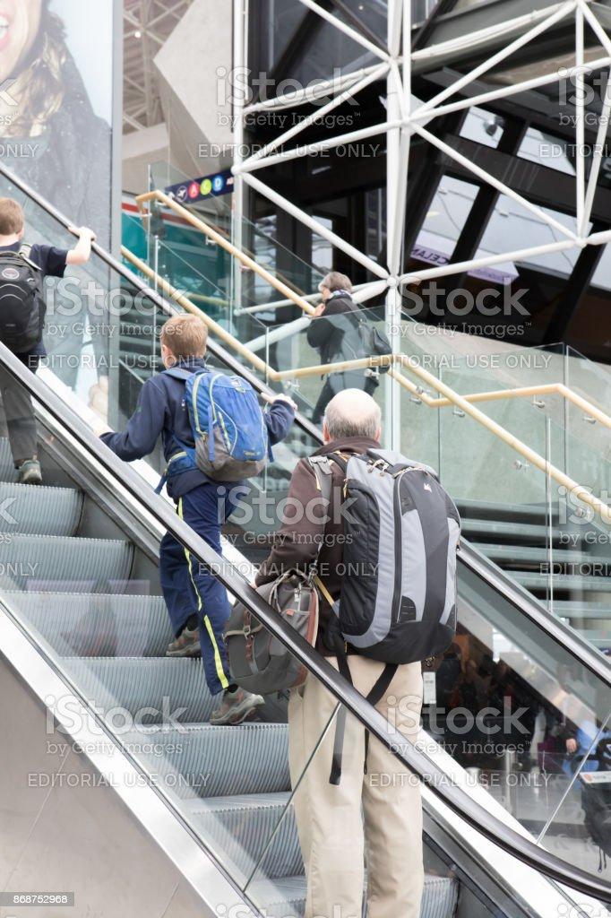 Passageiros com partida do Aeroporto Internacional de Keflavík, Islândia - foto de acervo