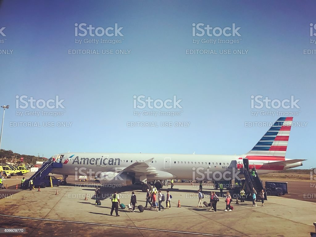 Passengers disembarking from AA flight. Turks and Caicos - foto de acervo