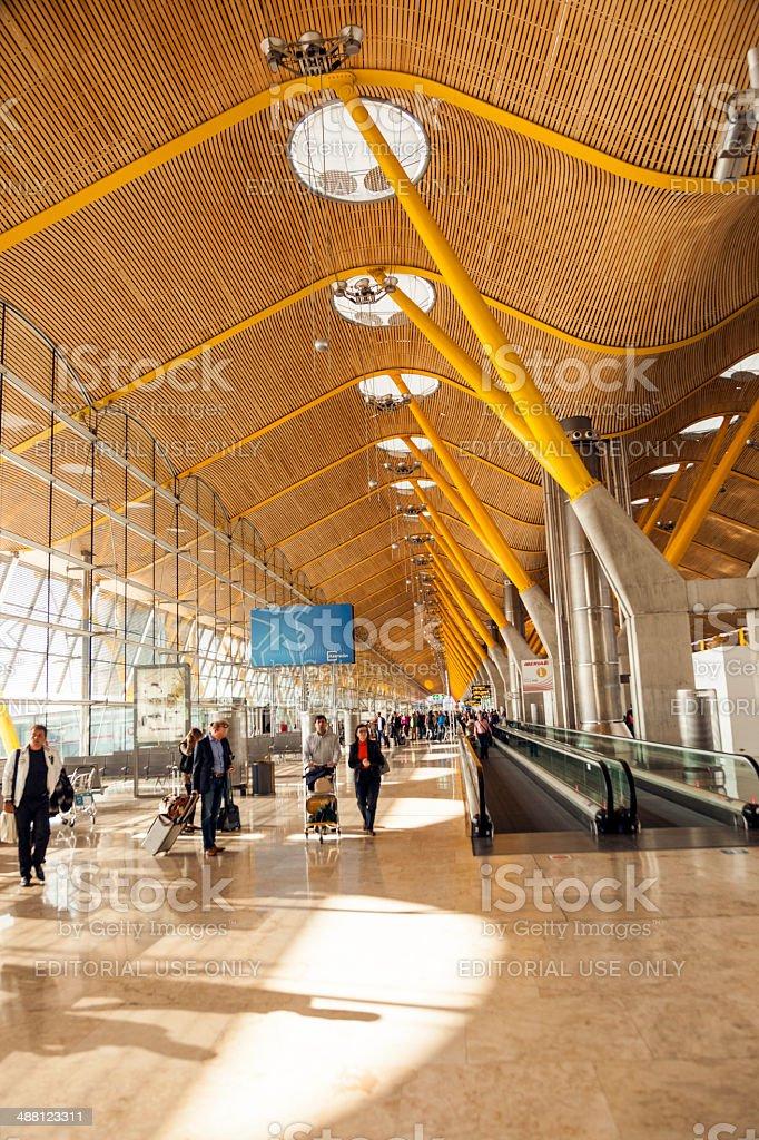 Les passagers au Terminal 4 de l'aéroport Barajay - Photo