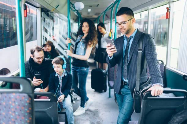 fahrgäste in öffentlichen verkehrsmitteln - bahn bus stock-fotos und bilder
