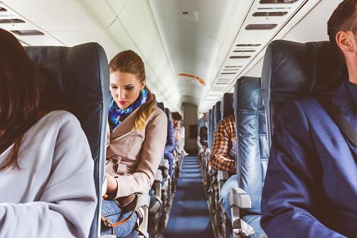 在飛行期間座位上的乘客 照片檔及更多 乘客 照片