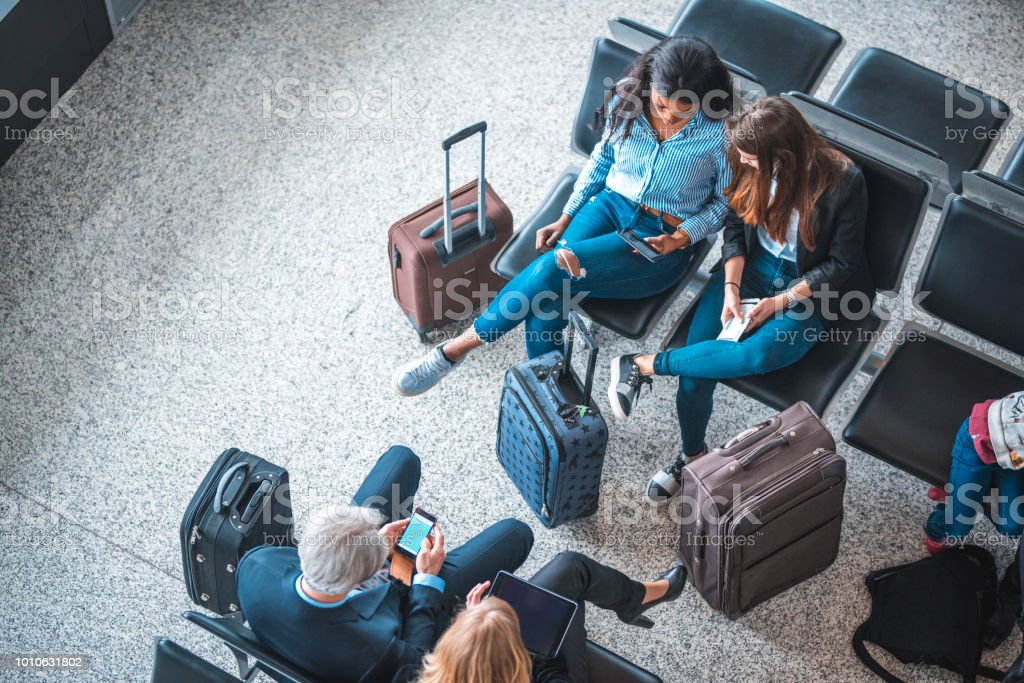 Passagiere sitzen auf Sitze im Abflugbereich – Foto