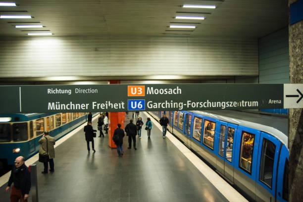 passagerare står på perrongen mellan tåg - munich train station bildbanksfoton och bilder