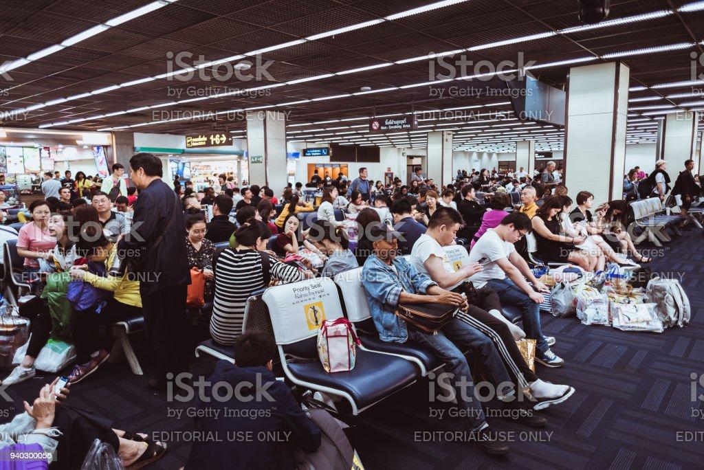 Passagiere warten am Flughafen einsteigen – Foto