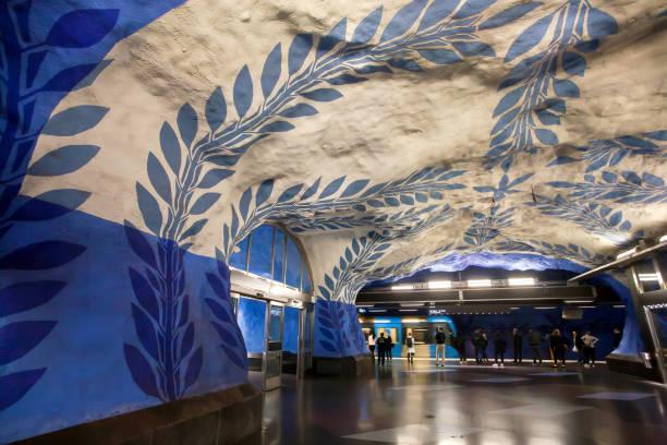 passagerare som väntar på ett tåg på tunnelbanestationen på blålinjen med färgstark design - tunnel trafik sverige bildbanksfoton och bilder