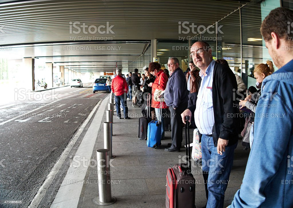 Passagers attendant sur la station de taxis de l'aéroport de Madrid - Photo