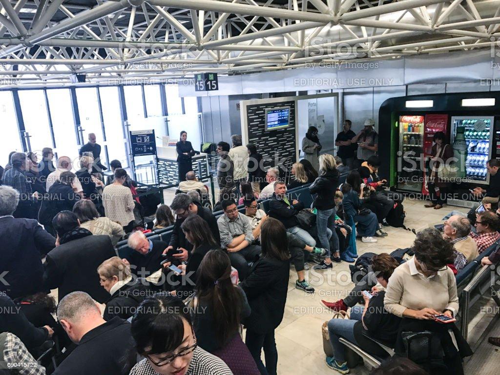 Passageiros à espera para o embarque no portão no aeroporto da Portela de Lisboa, Portugal - foto de acervo