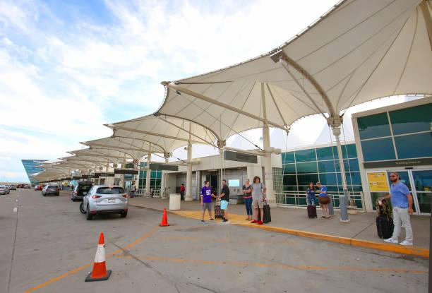 passagiers die wachten om te worden opgehaald bij de luchthaven - airport pickup stockfoto's en -beelden