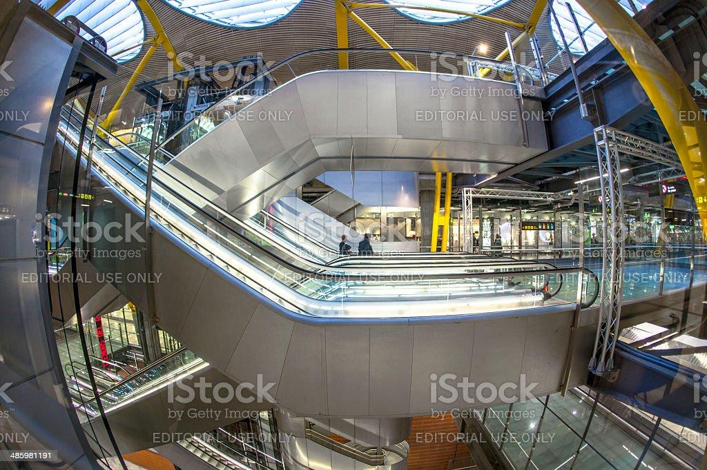 Passagers à pied dans le nouveau terminal T4 à Madrid - Photo