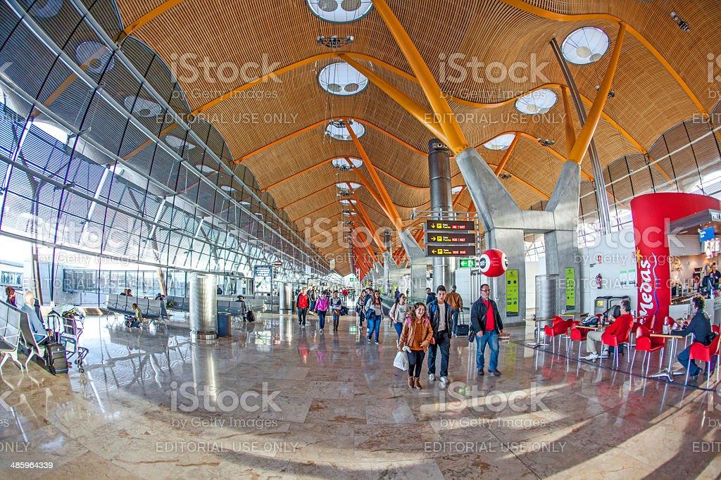 Passagers à pied par au nouveau terminal de l'aéroport de Madrid-Barajas - Photo