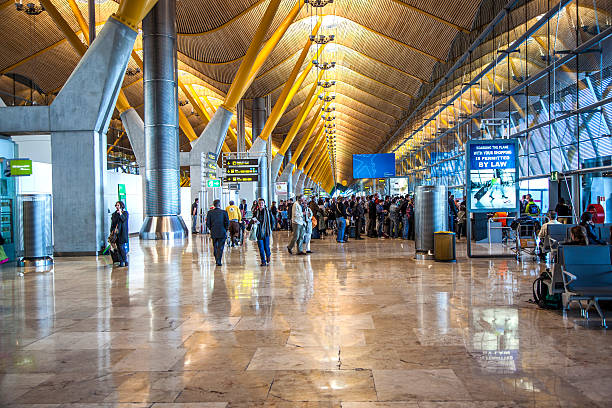 Passagiere gehen durch im neuen terminal des Flughafen Barajas – Foto