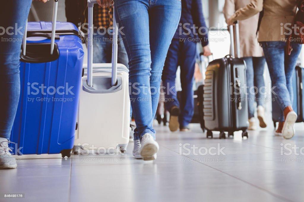 Passagiere auf dem Flughafen zu Fuß Lizenzfreies stock-foto