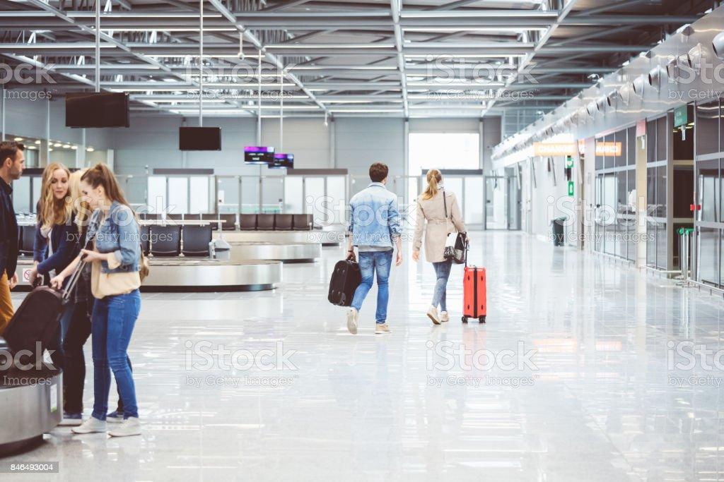 Passagiere an Bord Flug im Flughafen zu Fuß Lizenzfreies stock-foto