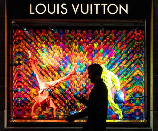 Vorbei an einem Louis Vuitton-Schaufenster – Foto