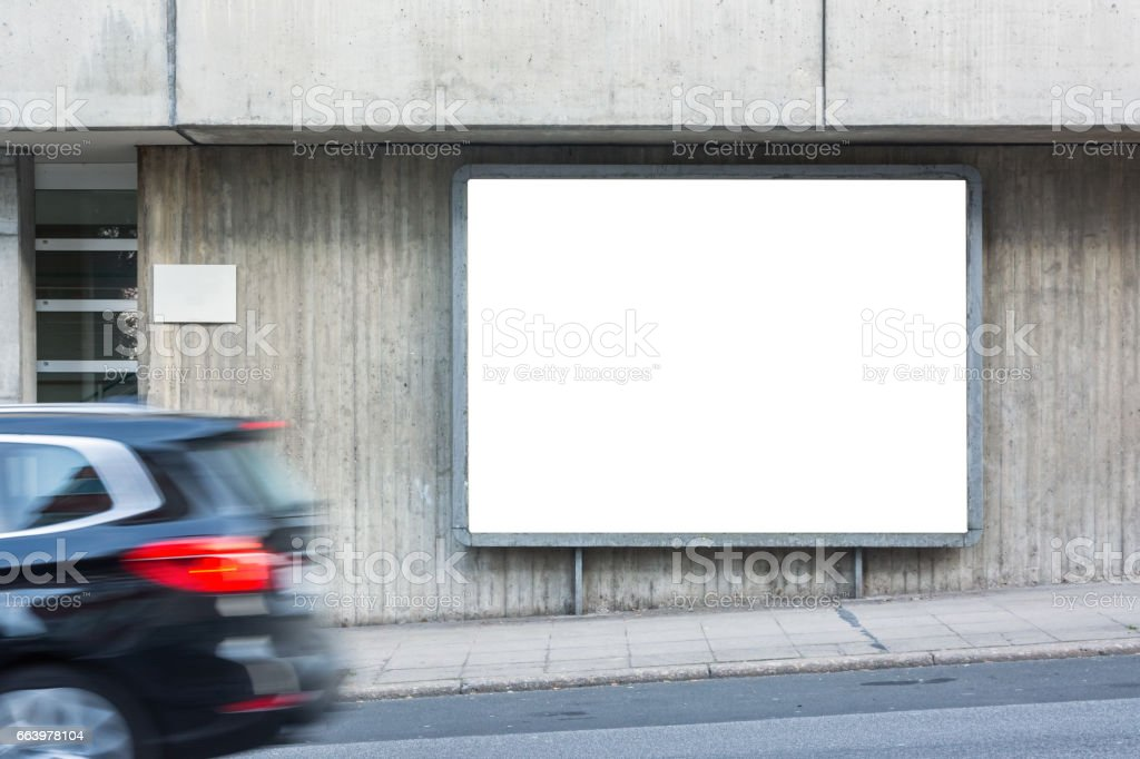 Passando carro branco rua calçada Billboard Metal Frame cidade encosta urbana Copyspace isolado - foto de acervo
