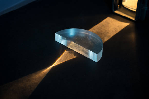 passant d'un faisceau lumineux à travers une lentille positive, montrant un modèle convergent. - convexe photos et images de collection