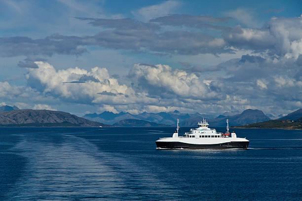 Passieren Sie die Fähre Heroysund nahe Bronnoysund, Norwegen – Foto